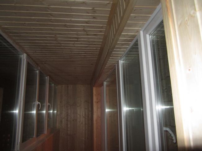 Фото балкона с деревянной вагонкой.
